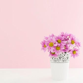 Marco con flores en un jarrón y espacio de copia