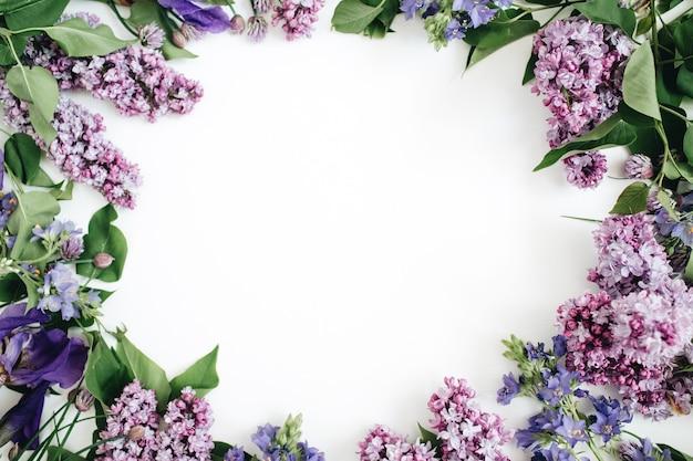 Marco de flores lilas, ramas, hojas y pétalos.