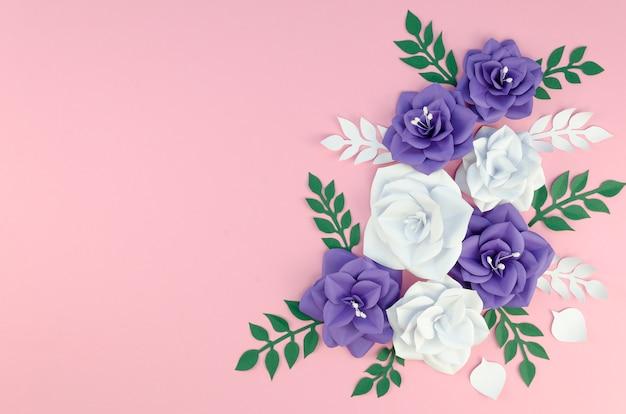 Marco con flores de papel de primavera sobre fondo rosa