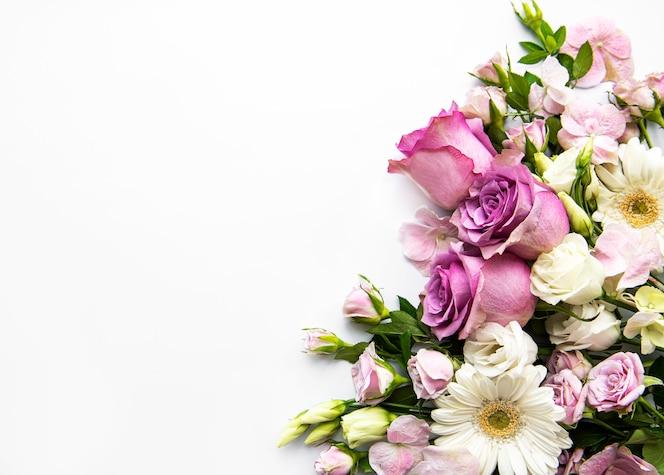 Marco de flores sobre fondo blanco. Endecha plana.