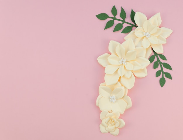 Marco con flores sobre fondo rosa