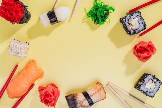 Marco formado por rollos de sushi