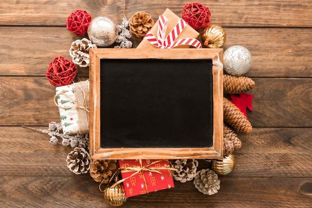 Marco de fotos entre adornos navideños.