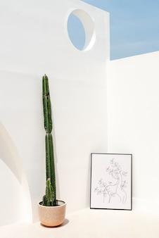 Marco de fotos apoyado contra la pared exterior