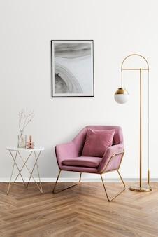 Marco de fotos con arte abstracto junto a un sillón de terciopelo rosa