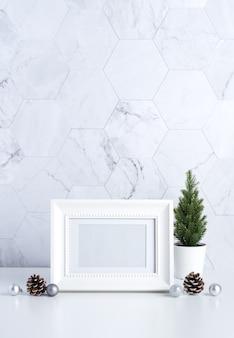 Marco de fotos blanco con árboles, piñas y bolas de navidad.