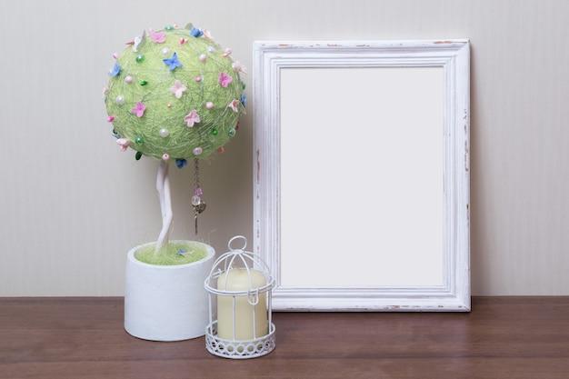 Marco de fotos blanco de madera con decoración interior.