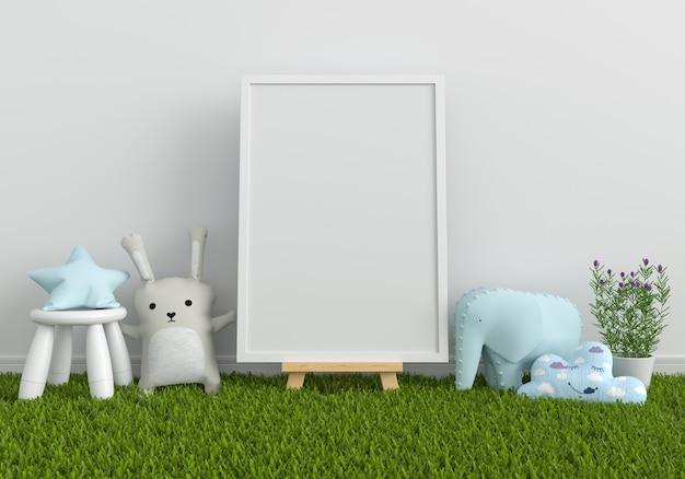 Marco de fotos en blanco para maqueta y muñeca sobre hierba