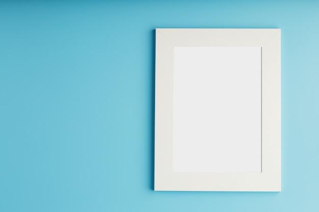Marco de fotos blanco y negro con espacio vacío sobre un fondo azul.