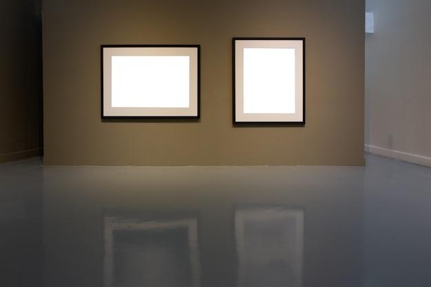 Marco de fotos en blanco en la pared de oro en la galería de arte.