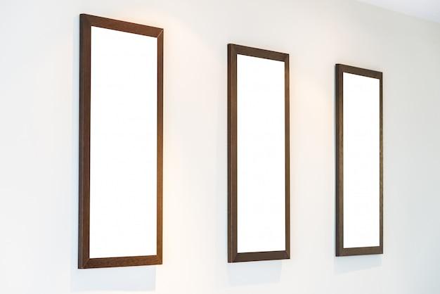 Marco de fotos en blanco en la pared