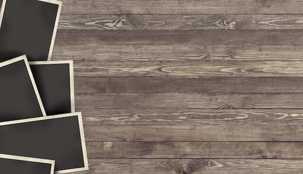 Marco de fotos en blanco sobre fondo de madera