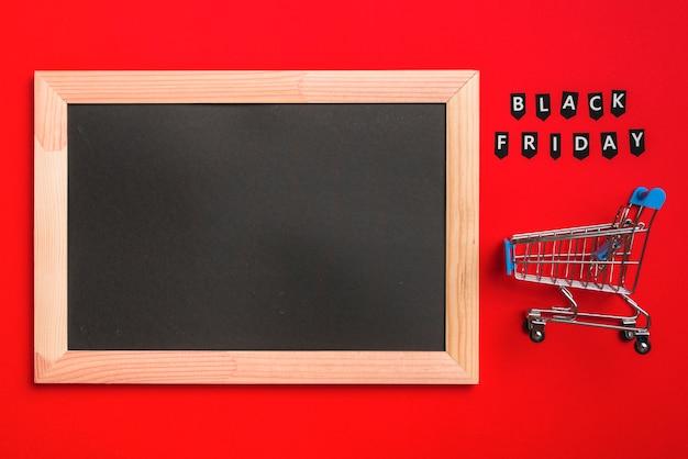 Marco de fotos, carrito de compra y etiquetas con inscripción de venta.