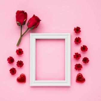 Marco de fotos cerca de corazones y flores de adorno