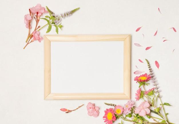 Marco de fotos entre la composición de maravillosas flores color de rosa.