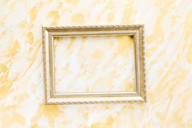 Marco de fotos dorado con espacio para texto sobre fondo dorado.