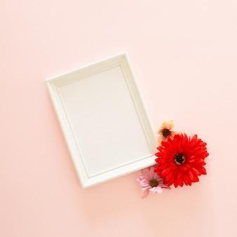 Marco de fotos y flor de gerbera.