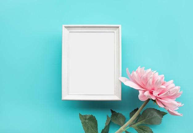 Marco de fotos con flor rosa