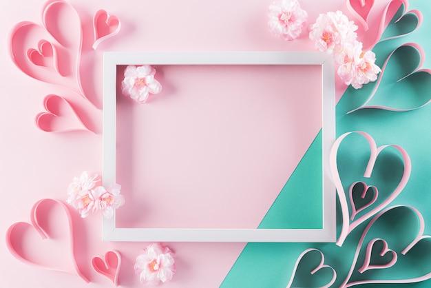 Marco de fotos con flores y corazones en pared pastel