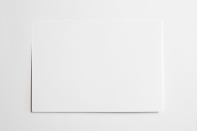 Marco de fotos horizontal en blanco tamaño 10 x 15 con cinta de sombras suaves aislado sobre fondo de papel blanco