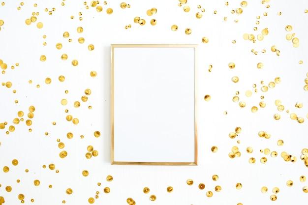 Marco de fotos maqueta y oropel de confeti dorado sobre blanco