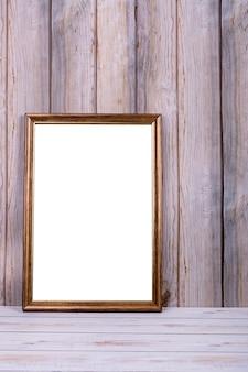 Marco de fotos en la pared en el fondo de listones de madera