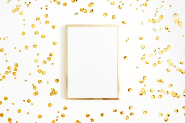 Marco de fotos simulado y confeti dorado sobre blanco.