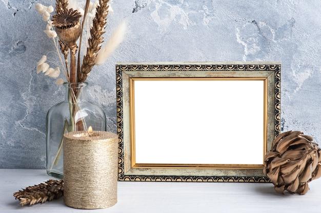 Marco de fotos vacío en escandinavo con vela dorada
