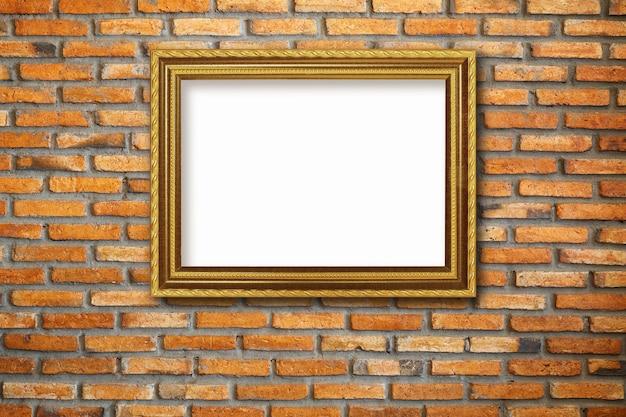 Marco de fotos vintage dorado en pared de ladrillo rojo
