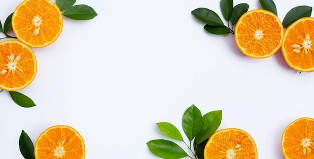 Marco de frutas naranjas sobre fondo blanco. frutas cítricas bajas en calorías, altas en vitamina c y fibra.
