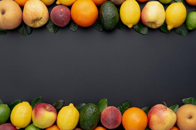 Marco de frutas con variedad de limas y limones