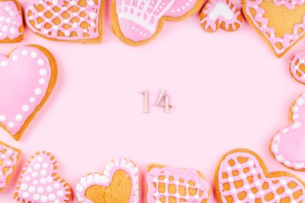 Marco de galletas esmaltadas decoradas a mano con forma de corazón con el número 14