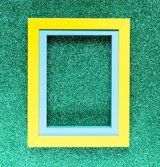 Marco geométrico sobre fondo verde