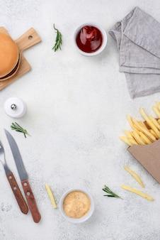 Marco de hamburguesas y papas fritas