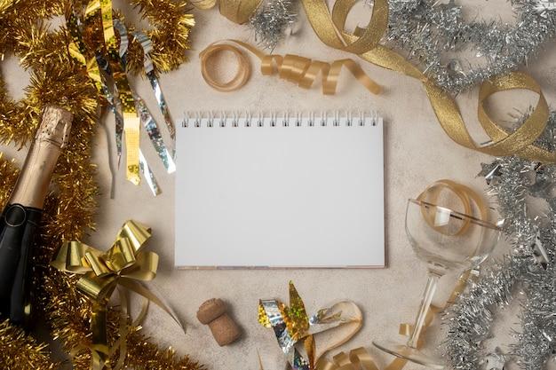 Marco hecho de decoraciones de año nuevo
