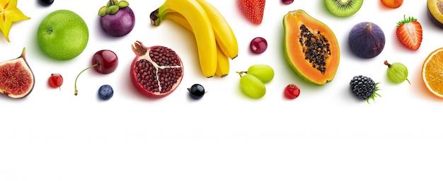 Marco hecho de diferentes frutas y bayas