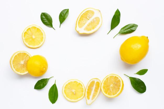 Marco hecho de limón fesh con hojas verdes sobre blanco