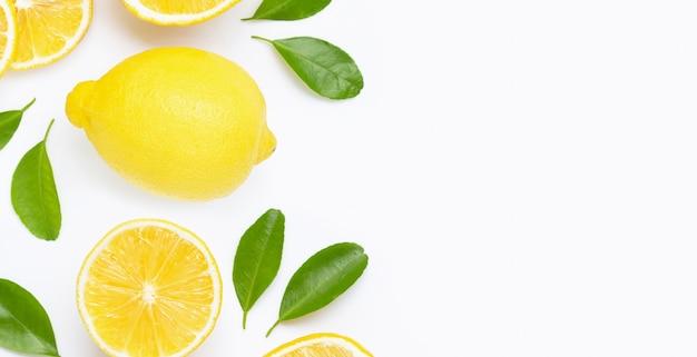 Marco hecho de limón fresco y rodajas con hojas aisladas en blanco