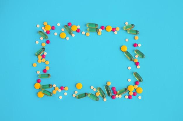 Marco hecho con pastillas de colores derramados