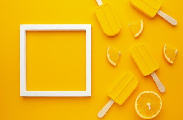 Marco con helado de sabor amarillo