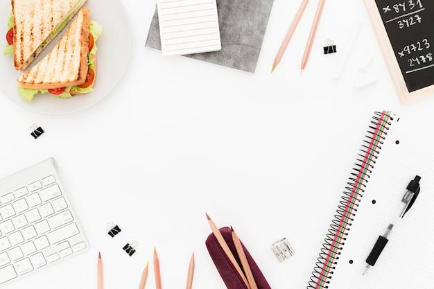 Marco de herramientas de escritorio y plato con tostadas