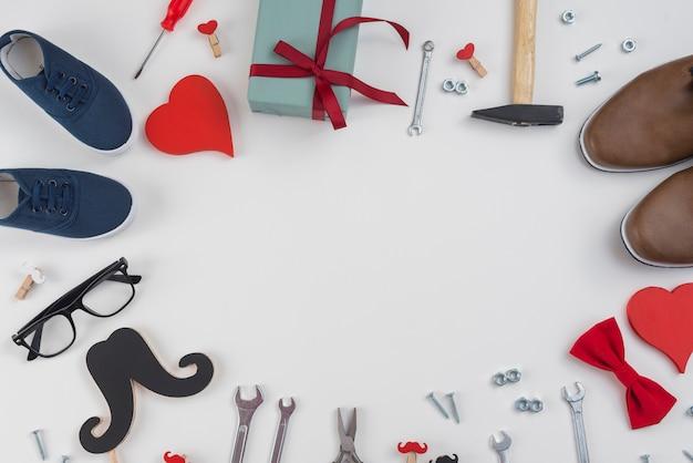 Marco de herramientas, regalo y zapatos de hombre.
