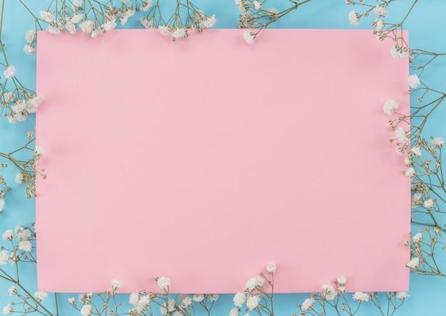 Marco de hoja de papel con flores.