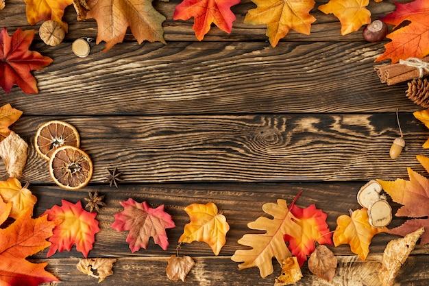 Marco de hojas coloridas con espacio de copia