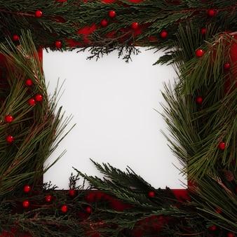 Marco de hojas de pino de navidad con un marco en blanco para texto