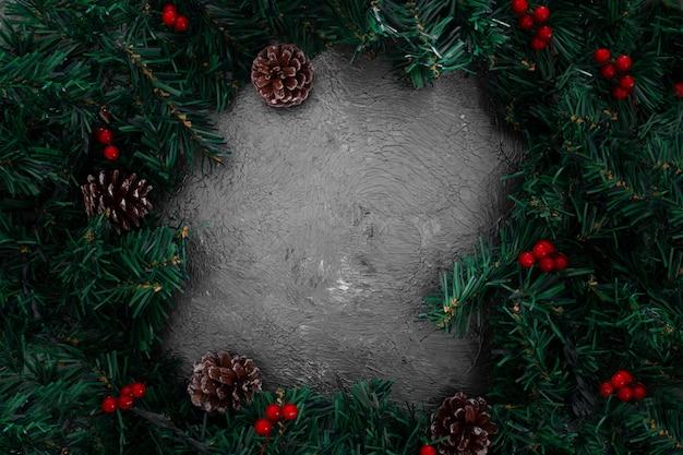 Marco de hojas de pino de navidad sobre un fondo gris grunge