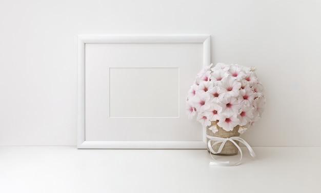 Marco horizontal con flores blancas.