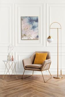 Marco de imagen junto a un sillón de terciopelo