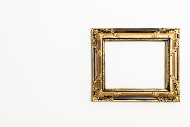 Marco de imagen vacío sobre fondo de pared blanca con espacio de copia