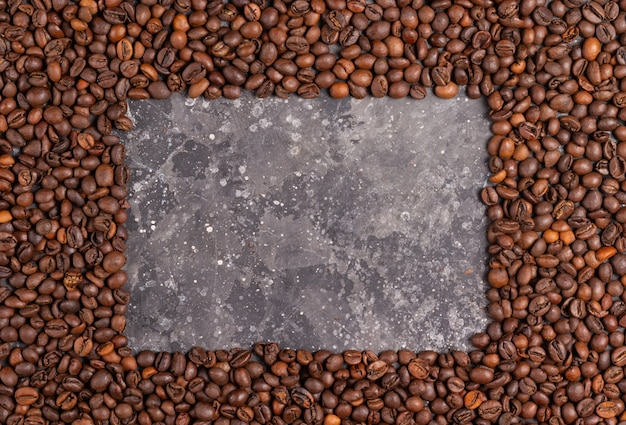 Marco para inscripciones hechas de granos de café sobre un fondo gris